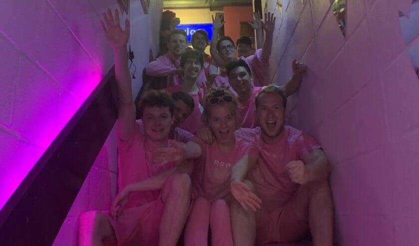 De studenten van The Royal Pink Palace gaan traplopen voor het KWF. (Eigen foto)