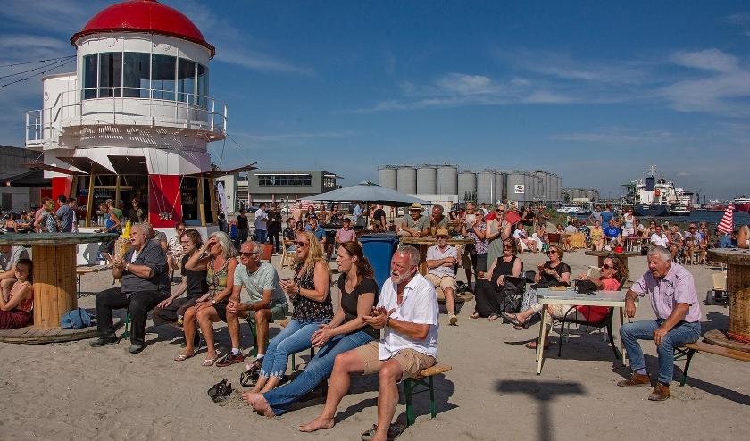 Het stadsstrand is voor de Vlaardingers een prima alternatief om de zomer door te komen. Foto: Sjaak van 't Wout
