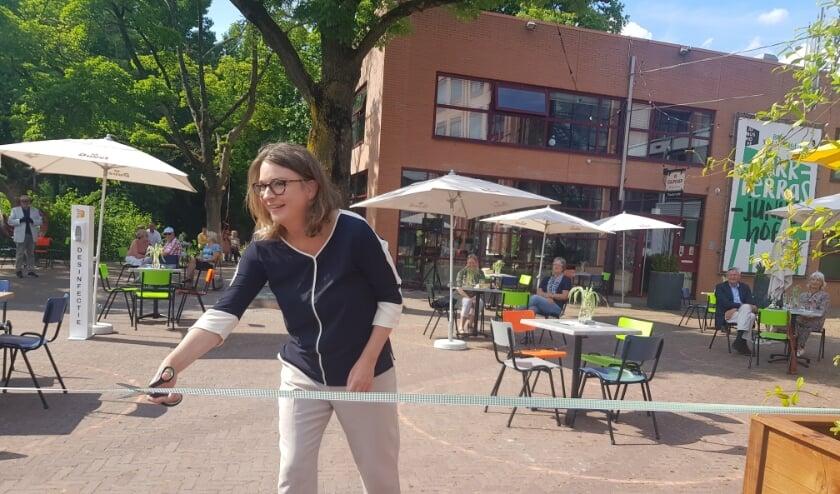 In juni opende Anne Janssen het terras bij Theater Junushoff. Hopelijk kunnen daar de komende weken ook voorstellingen worden gegeven. (foto: Kees Stap)