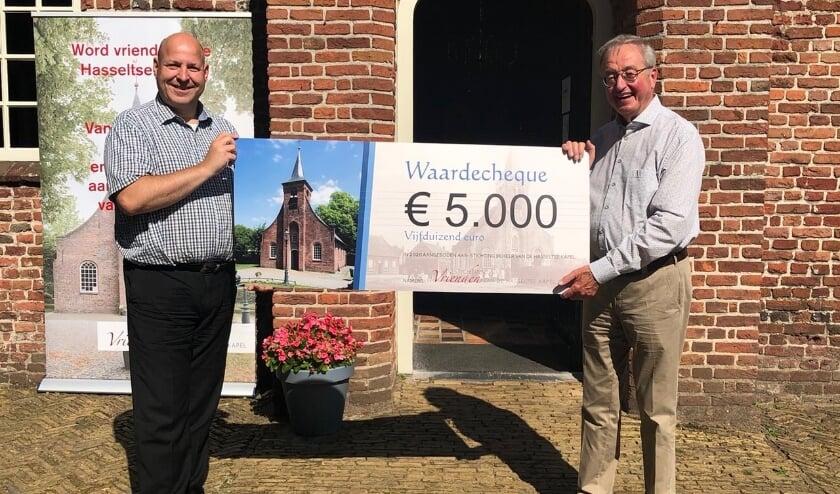 De beide voorzitters William Hermans en Matton van den Berg met de cheque van 5.000 euro.