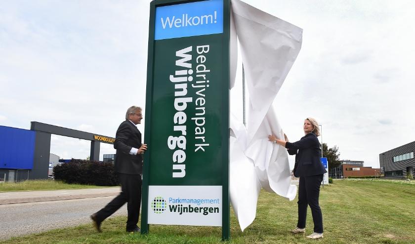 Ronald van der Kemp (voorzitter Parkmanagement Wijnbergen) en wethouder Maureen Sluiter. (foto: Roel Kleinpenning)