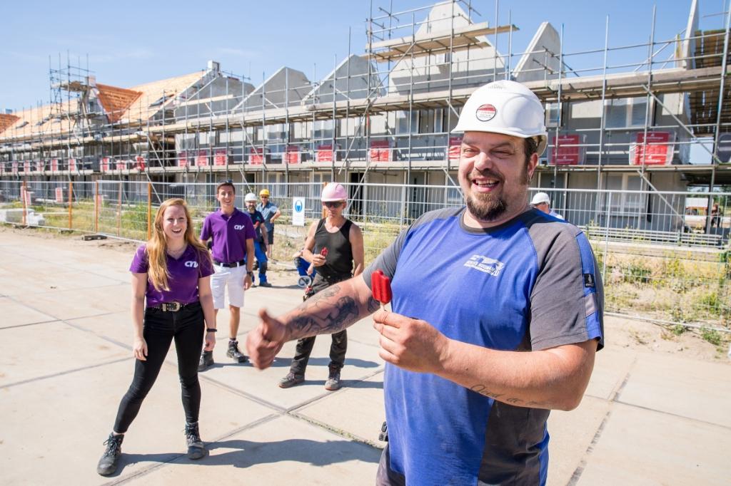 Verkoelend ijsje voor bouwvakkers op de bouwplaats van Roosdom Tijhuis in nieuwbouwwijk Schuytgraaf. Foto: Dory Aling © DPG Media