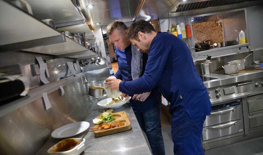 Er is weer volop bedrijvigheid in de keuken van de gebroeders Rob en Ronald van den Berg van Brasserie Broers in Montfoort, waar de gasten weer op het terras zijn neergestreken. (Foto: Paul van den Dungen)