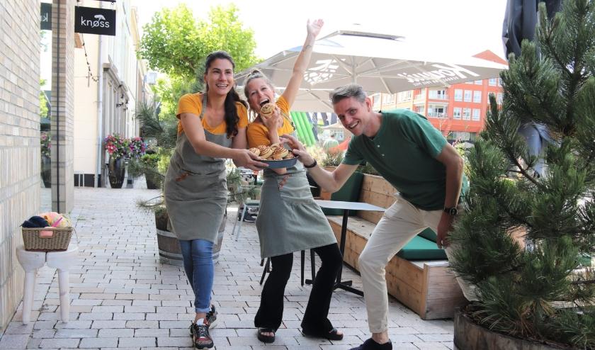 """Teamcaptains Rosalie Nijsen, Sanne ten Wolde en ondernemer Kees van Keeken: """"In coronatijd perfectioneerden we onze kaneelbroodjes, nu leggen we onze gasten weer in de watten!"""" Foto: Esmeralda Wybrands"""