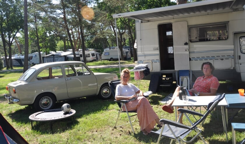 Douwe en Nicole uit Utrecht ontvluchten de hitte van de stad met hun camper (foto: Julie Houben)