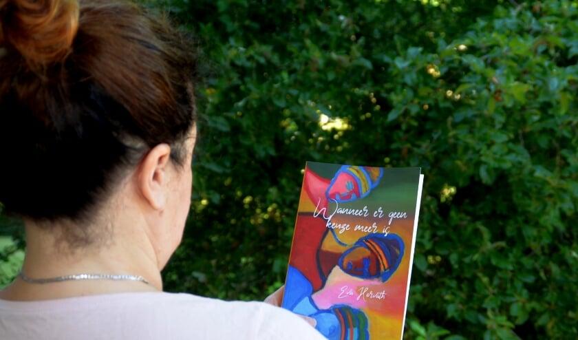 Eva Horvath met haar roman. Ze wilde niet herkenbaar op de foto (foto Jan Boer)