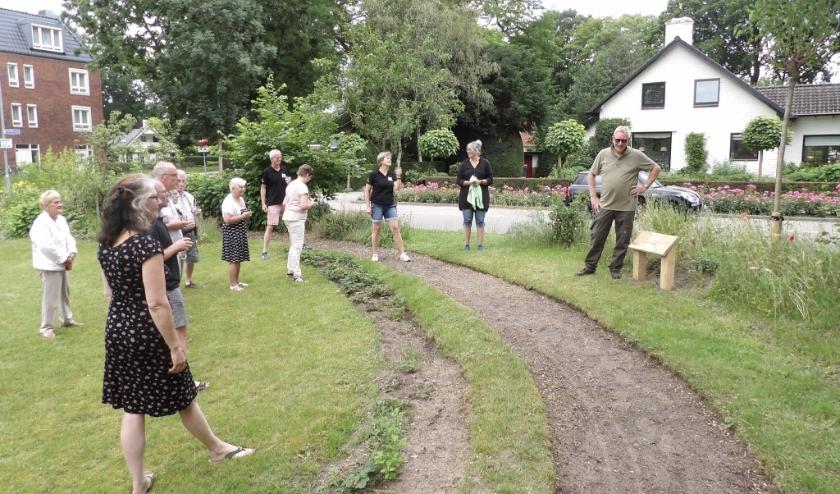 Roel Jansen draagt de moerbei over aan buurttuin De Veldkamp.