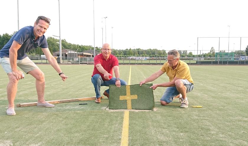 De middenstip van het oude veld is er vast uit. Vlnr: de stuurgroepleden Eric Veenis, Emiel Cellamare en Mick Zieren van De Westerduiven.