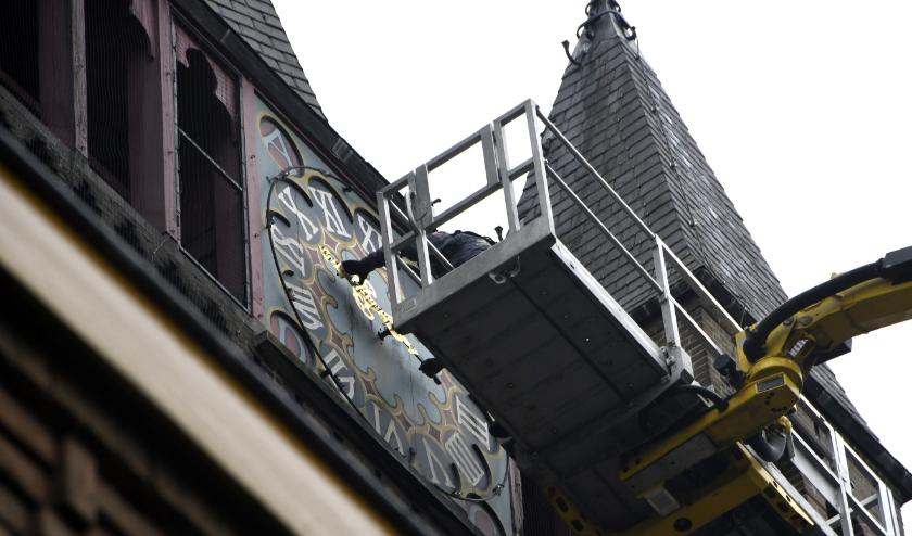 Op 51 meter hoogte worden de wijzers gedemonteerd.