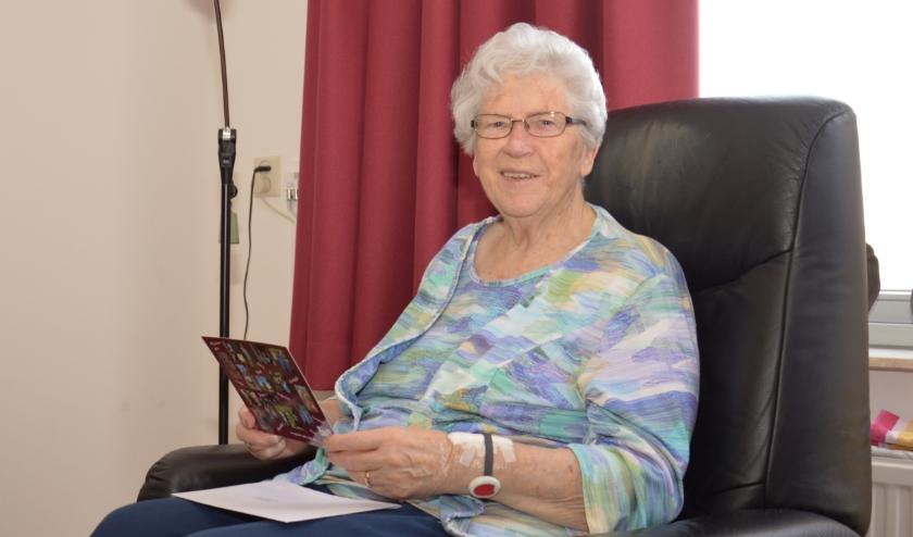 Mevrouw Geerdink uit Gendringen is blij verrast met een mooie kaart van CARE Travel. Ze hoopt snel weer een uitstapje te kunnen maken.