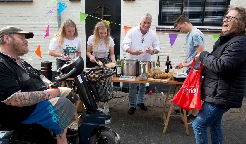 Gelegenheidskok Marcel Voskens kookte acht weken belangeloos voor wie het huis niet uit kon. Hij hoopt dat er kleine vervolgacties komen van zijn gelegenheidsbezorgers. (Foto: Bernadet de Prins)