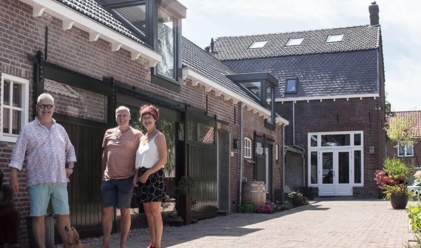 Jacques van der Borght, Paul en Marijke Oude Voshaar en hond Lola zijn  enkele blije bewoners van de gerestaureerde Lindehoeve. (Foto: ThvE)