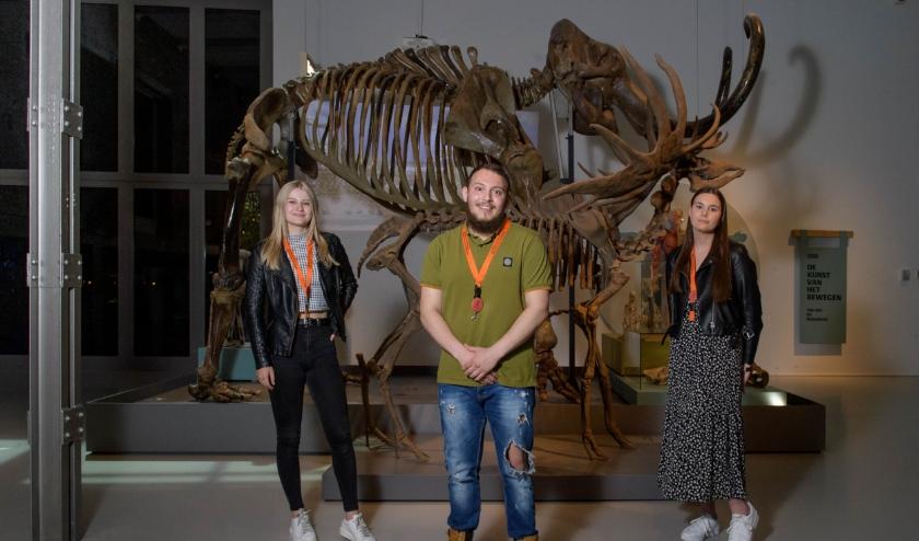 V.l.n.r. de studenten Ellen Kuiper, Berkan Citak en Lieke van de Peppel; zij volgen alle drie de opleiding Ondersteunende administratieve beroepen. (Foto: Lars Smook)