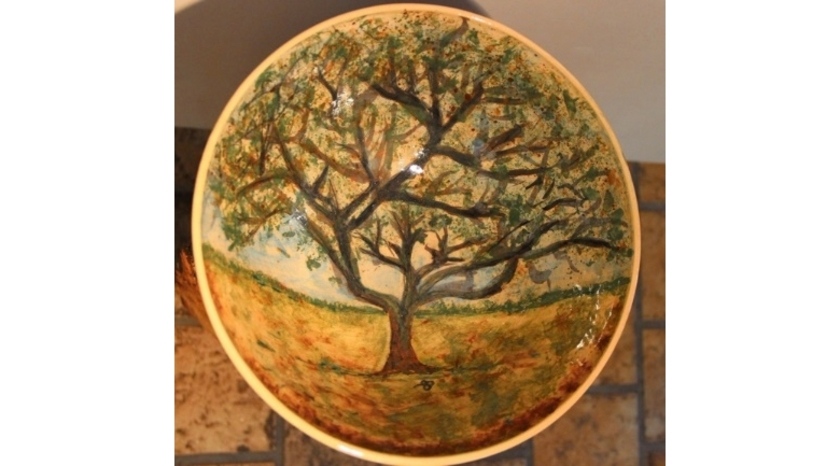 Een prachtige schaal gemaakt door Ans Stronkman behoort tot de collectie in Eet-Lokaal.