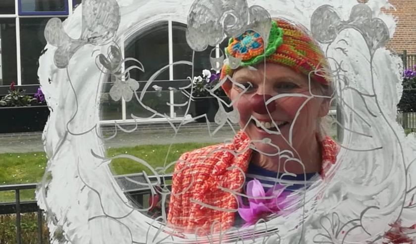 Carla, ofwel contactclown Toet, brengt nu raambezoeken bij mensen met dementie en een beperking.