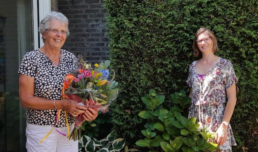 Maria Bartels (met bloemen) neemt afscheid van Annemarie Murk van WIL. (Foto: Irene Franssen)