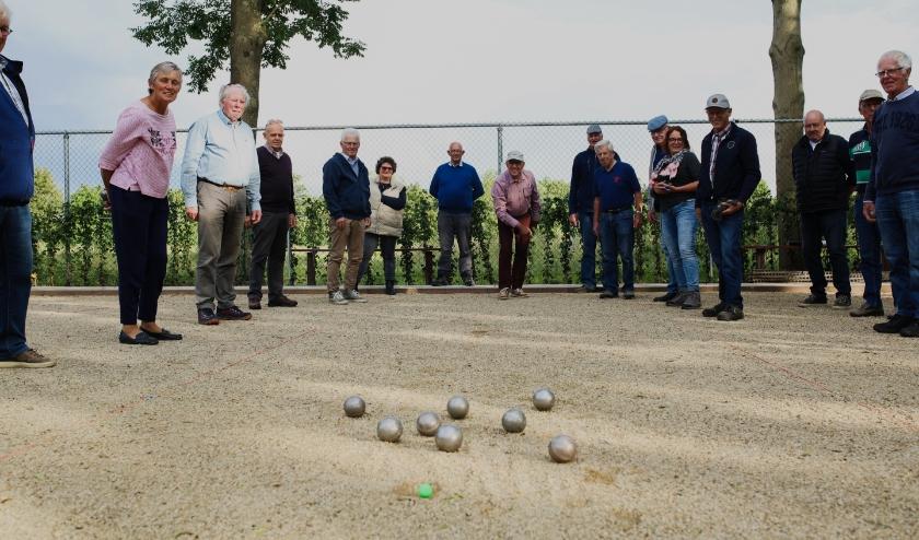 Leden van Jeu de Boules Club Mooie Boel in Rossum op hun gloednieuwe banen bij Tennisvereniging Huros.