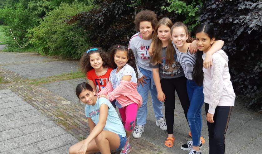 V.l.n.r. Fayah,Laya.Thaliya, Billie, Zoë, Elin en Tara, verheugen zich op het Vakantiebos Don Bosco