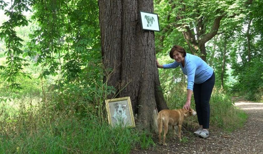 Kunstenares Isabelle van Herpen exposeert samen met haar trouwe hond Olvi 23 unieke tekeningen op Landgoed Brakel.