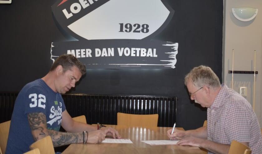 Wout van den Broek (links), locatie manager Oranjeborg Loenen en Gerrit Blom (rechts), bestuurslid algemene zaken Loenermark ondertekenen de overeenkomst