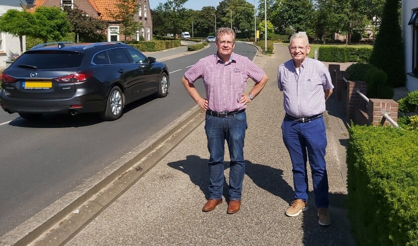 Ferrie Aalders en Martin van den Oord bij hun huizen aan de Ammerzodenseweg cq Haarstraat, waar structureel veel te hard wordt gereden.