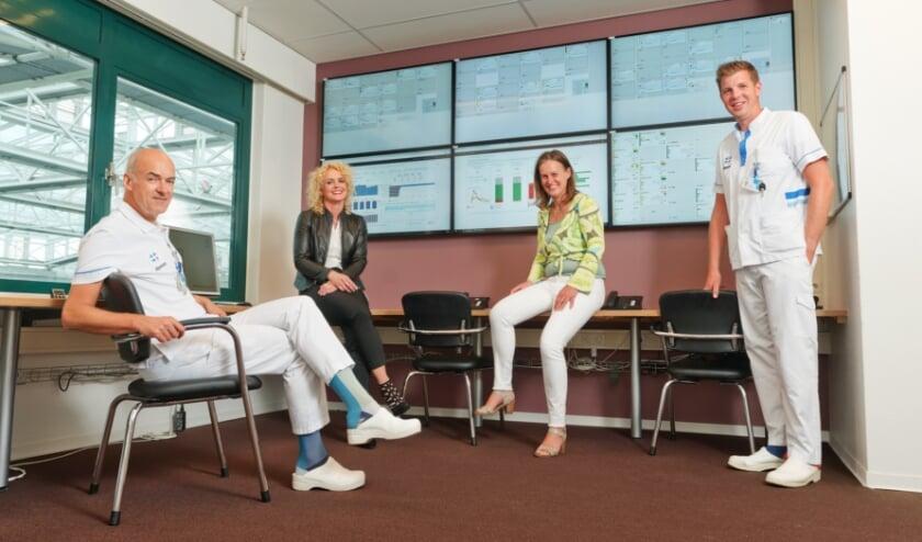 V.l.n.r.: Frank Bosch internist, Yolanda van der Wal hoofd Acute Opname Afdeling,  Elise van Zandbrink hoofd Business Intelligence en Sebastiaan van der Burg verpleegkundige.