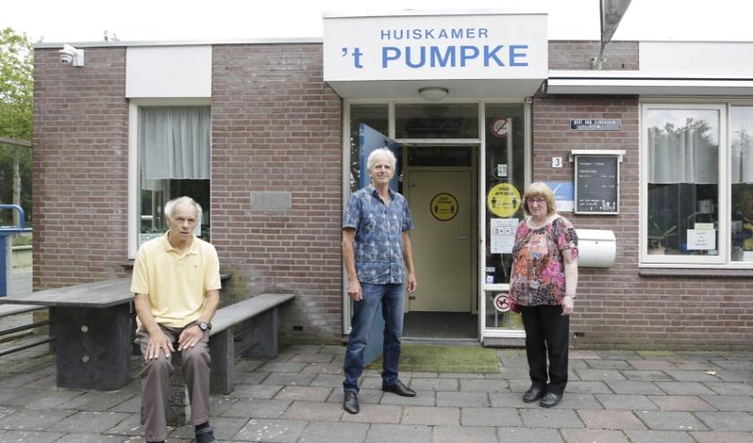 Bestuursleden van Huiskamer 't Pumpke, met in het midden voorzitter Frans Meurkens. Foto: Jurgen van Hoof
