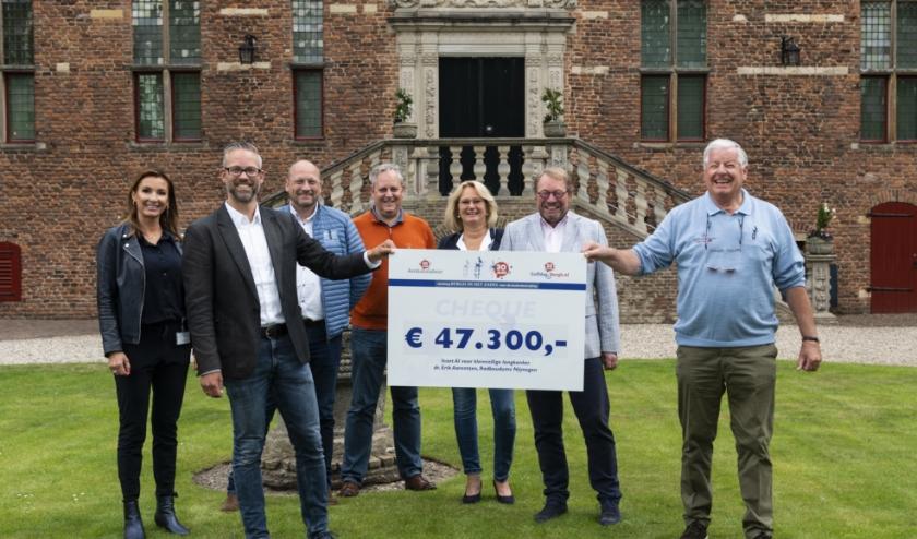 Het bestuur van Bergh in het Zadel overhandigt Dr. Erik Aarntzen (tweede van links) de cheque  (foto: Robin Sommers)