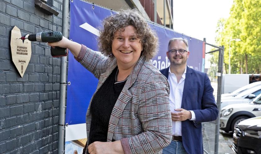 Wethouders Rogier Tetteroo van Wonen en Hilde Niezen (foto) van Duurzaamheid brengen het donorbord aan. Foto: Marijke Groot
