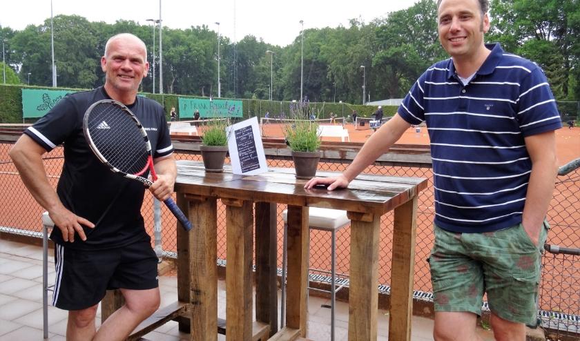 Arjen Knulst (links) en Joachim van den Emden gaan ervoor zorgen dat het de deelnemers aan de OTV Zomer Challenge aan niets ontbreekt.