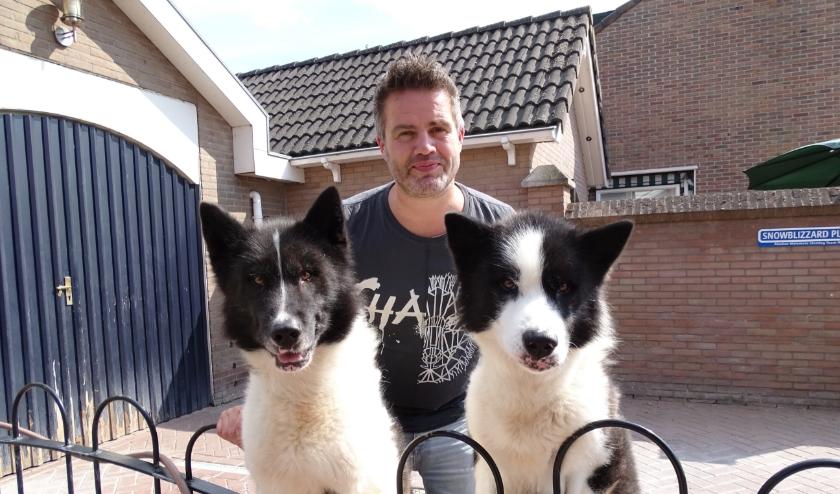 Ron de Ruiter met twee van zijn Groenlandse honden.