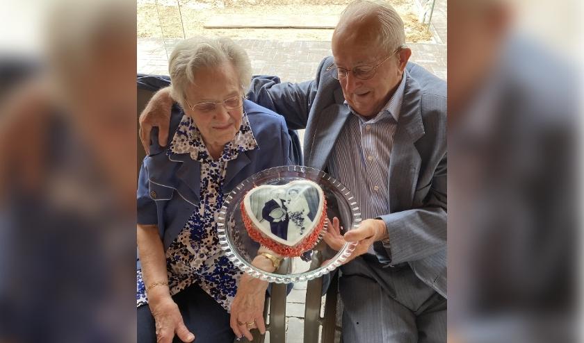 Het echtpaar Verheijen-Kleinpenning werd verrast met een taart met trouwfoto.