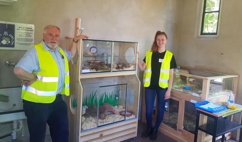 Cor Giesen en Ingrid Svedhem bij de nieuwe knaagdierhokken die de Stadsboerderij heeft gekregen van het Initiatievenfonds. (foto: Kees Stap)