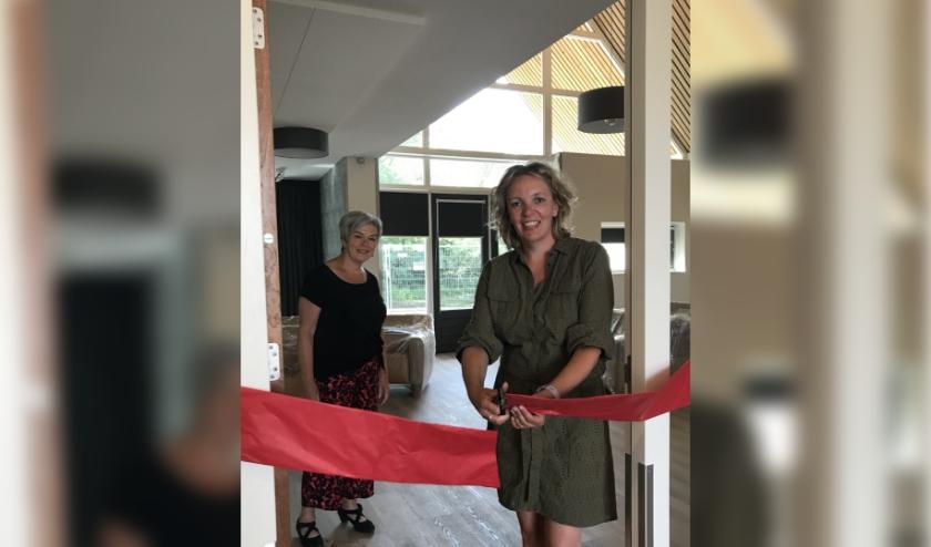 Judith Huitink, manager Wonen, opent in bijzijn van bestuurder Irma Harmelink officieel de nieuwbouw.