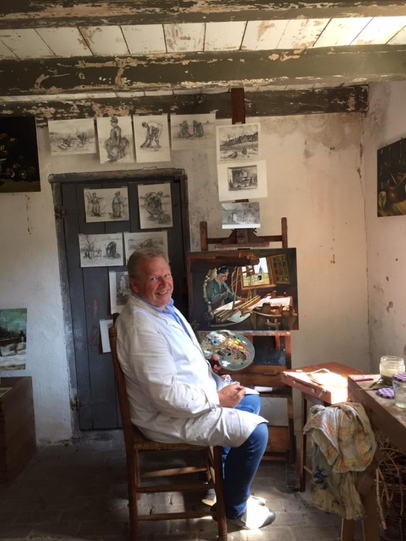 Hennie Agten in het atelier van Vincent van Gogh.