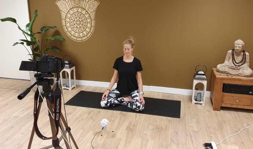 """Yogalerares Lisanne Jansen voor de camera: """"Ik had de hele tijd het gevoel dat de leerlingen bij mij in de zaal waren."""" (Foto: privébezit)"""