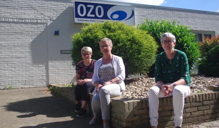 Het bestuur van OZO poseert wat onwennig op 1,5 m van elkaar, voor hun studio. En we gingen nog bijna de mist in, toen we met uitgestoken handen op elkaar afliepen tijdens de kennismaking...