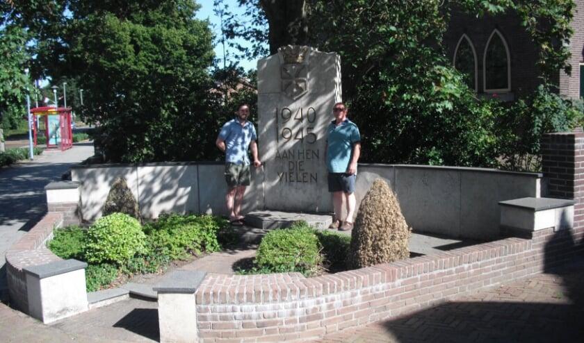 Kleinzoon Vincent (links) en schoonzoon Hans (rechts) van kapitein Maurice T. Regimbal bij het monument op het J.C. van de Bergplein. (Foto: HKW / Kees Kroon)