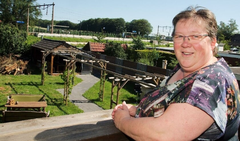 Miranda Nij Bijvank toont het prachtige uitzicht vanuit de Bed & Breakfast in het centrum van Holten. (Foto: Gert Perdon)
