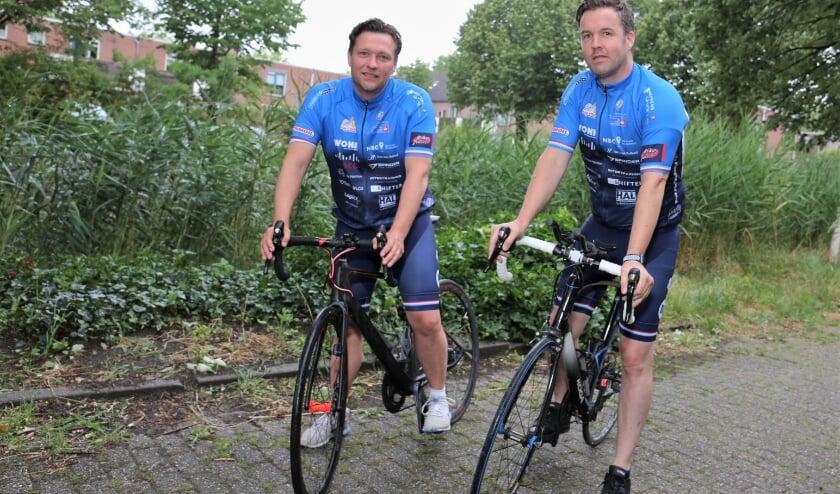 Gerald Willemsen (links) en Roger Enger stappen zondag op de fiets voor KWF. Foto: Fred Roland