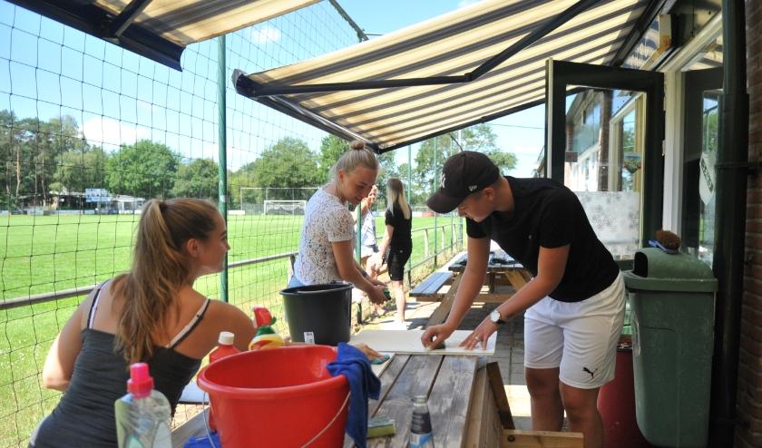 Niet alleen het voltallige bestuur was vanochtend aanwezig in werkkleding, maar ook het damesteam van de Renkumse voetbalclub.Foto: gertbudding.nl