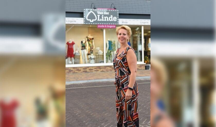 Marieke van der Linde tijdens de start van de koopjesdag maandag om 7.00 's ochtends  (foto: YOUDID.nl)