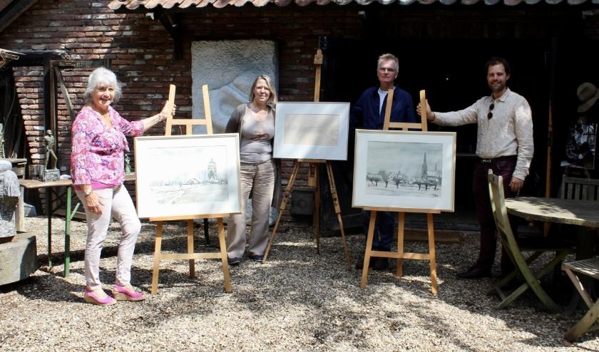 De schenkers Ben en Mieke van der Heide (midden) te midden van de 3 geschonken aquarellen van Jits Bakker bij atelier 'de kooi' in De Bilt. Secretaris Wilma van der Veen (links) en voorzitter Tibo van de Zand (rechts) nemen de schenking in ontvangst.