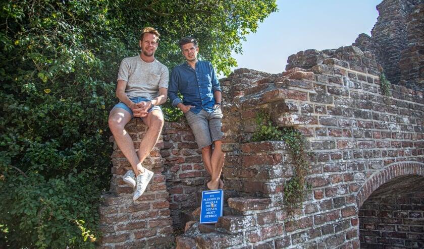 Friso Schotanus (links) en Sjoerd Litjens op de Stadsmuur, een van de 111 plekken.