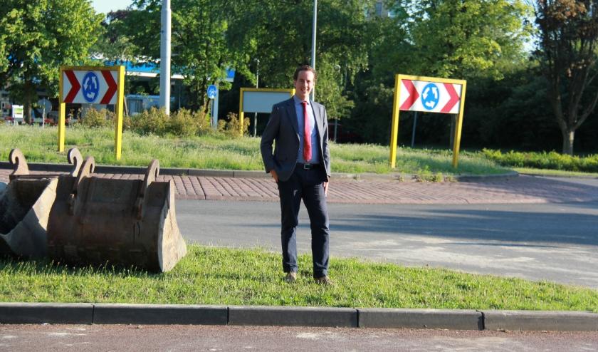 Verkeerswethouder Arjen Maathuis is in zijn nopjes dat de gevaarlijke rotonde aan de Aalderinkssingel nu wordt aangepakt