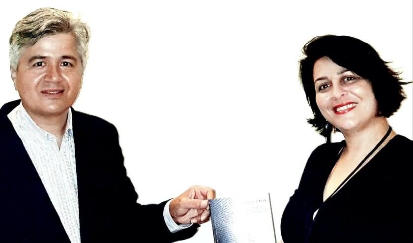 Ugur Pekdemir, directievoorzitter van Rabobank Amstel &Vecht, krijgt het jubileumboek overhandigd van Hülya Celik van de Stichting Wezenlijk. (Foto: pr)