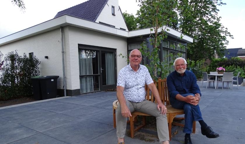 Links de nieuwe voorzitter van Hospice Oudewater, Ruud Heemskerk. Naast hem Arie Breur die afscheid nam. (Foto: Margreet Nagtegaal)