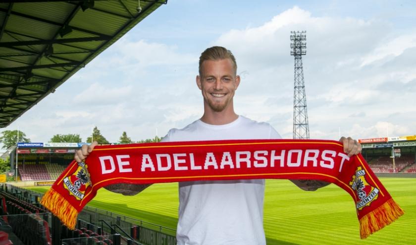 Kevin van Kippersluis tekent in De Adelaarshorst voor één seizoen, met de optie voor nog een extra jaar bij Go Ahead Eagles. 'Dit is een heel mooi stadion met een heerlijk sfeertje.' (Foto: Erik Pasman)