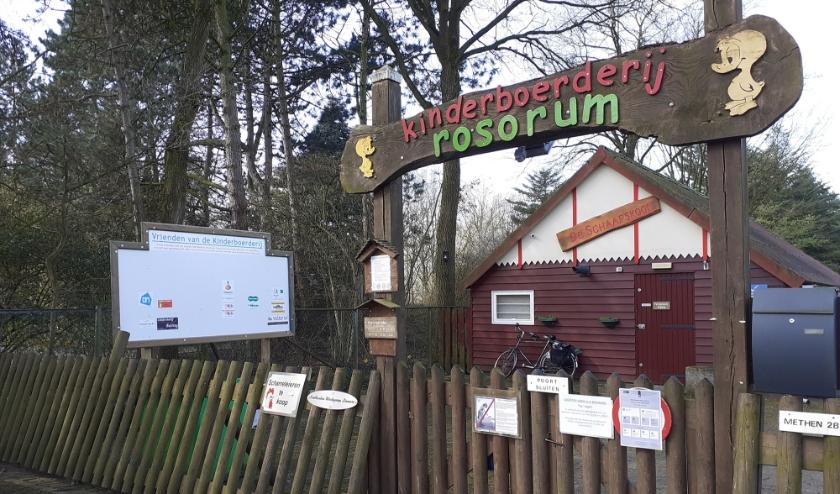 De poort van Kinderboerderij Rosorum gaat vanaf zondag 14 juni weer beperkt open. Er mogen maximaal 25 bezoekers op het terrein. (foto: Kinderboerderij Rosorum)
