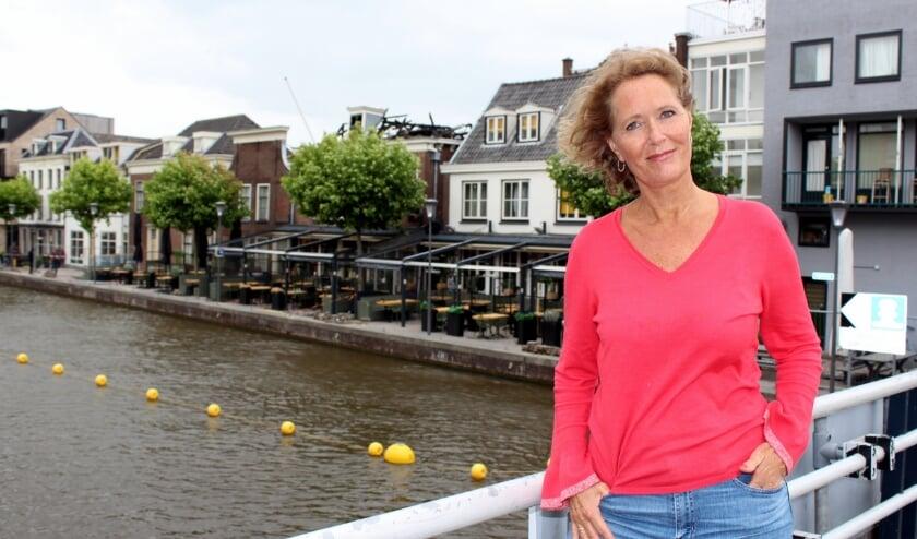 Germaine Soyer uit Alphen bij het nu verwoeste Proto. Zij  begon na de brand met een crowdfunding. FOTO: Morvenna Goudkade